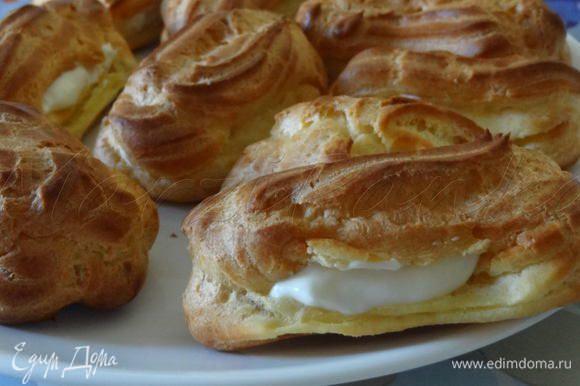Сделать надрез у каждого пирожного, начинить сливочно-творожным кремом c помощью кондитерского шприца.