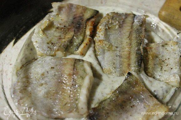 В форму для запекания выкладываем половину соуса, кладем рыбку и заливаем оставшимся соусом. Духовку разогреть до 180 градусов и запекать филе 15 минут.