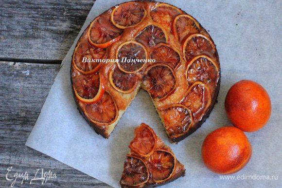 Готовый пирог слегка остудить, сделать наколы по всему пирогу деревянной шпажкой и обильно полить сиропом. Дать пирогу полностью остыть.