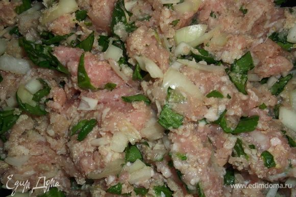 В фарш добавляем зелень, лук, яичные белки, орегано, сухари панировочные, соль, перец по вкусу и хорошо перемешиваем.