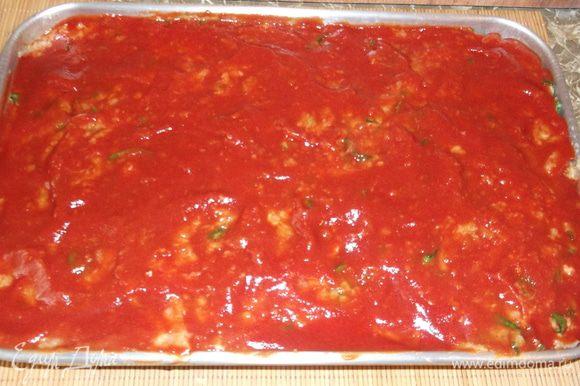 Сверху выкладываем оставшийся фарш, хорошо перемешиваем томатный соус с горчицей и равномерным слоем смазываем запеканку.