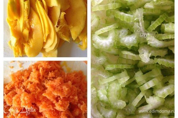Манго очистить и нарезать ломтиками. Морковь натереть на мелкой терке. Стебли сельдерея тонко нарезать.