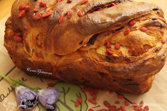 Дать хлебу остыть на решётке. Верх смазать мёдом, украсить ягодами. Разрезать полностью остывшим. Приятного чаепития)))