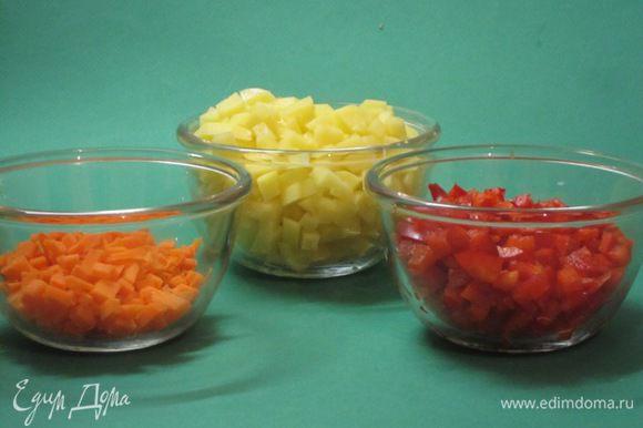 Пока варятся фрикадельки, надо подготовить овощи. Морковь, картофель и сладкий перец нарезать кубиками.