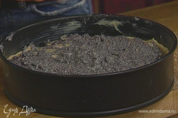 На тесто выложить маково-яблочную начинку, присыпать сахаром.