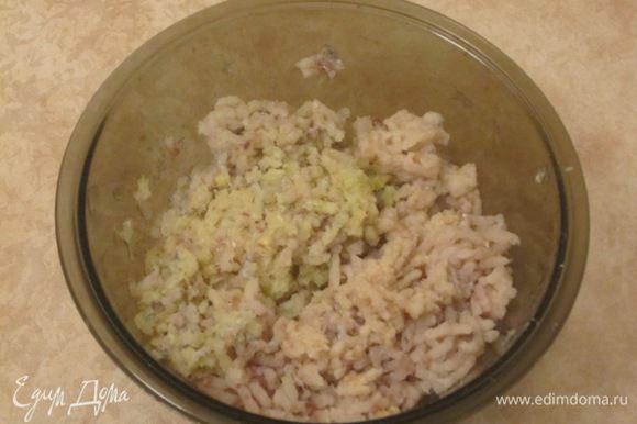 Рыбное филе (хек, минтай, треска) и капусту промыть, просушить, прокрутить через мясорубку.