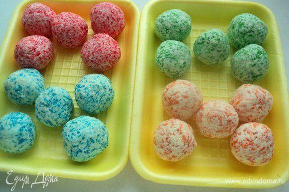 Скатать из творожно-кокосовой массы шарики, выложить в лоток и поместить в морозилку на 30 минут.