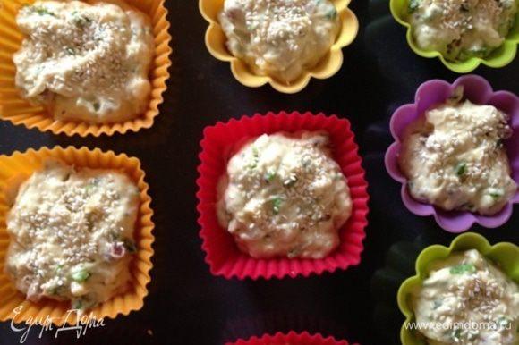 Раскладываем тесто по формам (у меня силиконовые), заполняя их где-то на 2/3. Посыпаем кунжутными семечками и ставим в разогретую до 180 градусов духовку на 40 минут.