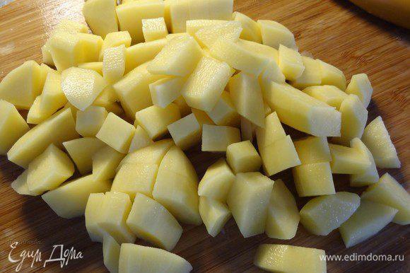 Затем добавляем картофель, нарезанный кубиками.