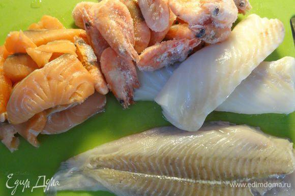 Через некоторое время добавляем рыбу последовательно, начиная с той, что дольше варится. Я использовала треску, камбалу и лосось, а также креветки. В такой же последовательности и добавляла, порезав рыбу предварительно на кусочки, а вареные креветки очистив.
