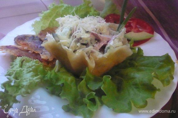 Выкладываем салат в корзиночку, украшаем листом салата.