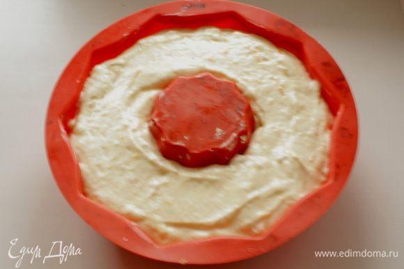 Выложить тесто в подготовленную форму.
