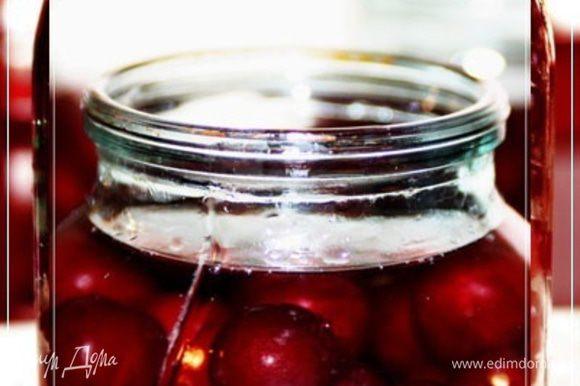 А потом заливаем … либо водкой хорошей, либо спиртом впополам с колодезной или родниковой водой разбавленным. Только не надо водопроводной. Не портите продукт. Да…. Не используйте, ни в коем случае чистый спирт. Упрощенно и грубо говоря – сожжете эту вкусную ягоду. Выжжете все ферменты. Вообще говоря – самое то, что нужно (опробовано уже) хорошего качества самогон. Крепостью – градусов тридцать восемь. Заливаем так, чтобы ягодки на палец – полтора были жидкостью закрыты. Тут я парочку слов еще вставлю. На этой фотографии вариант дамской наливки. Ягодков побольше, водовки поменьше.