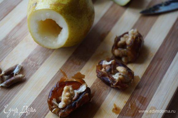 Финики разрезать вдоль, вынуть косточку, вложить орехи, накрыть другим фиником