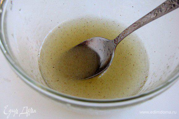 Для заправки смешать оливковое масло, винный уксус и мед. Посолить и поперчить по вкусу.