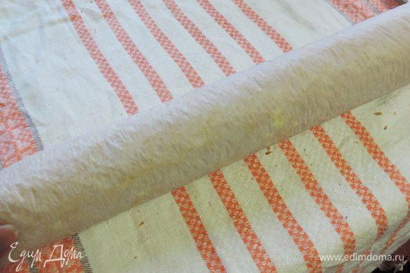 И плотно сворачиваем рулет вместе с пергаментом. Оставляем остывать бисквит при комнатной температуре.