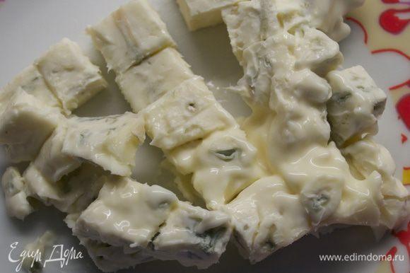 Сыр горгонзола тоже нарезать кубиками.