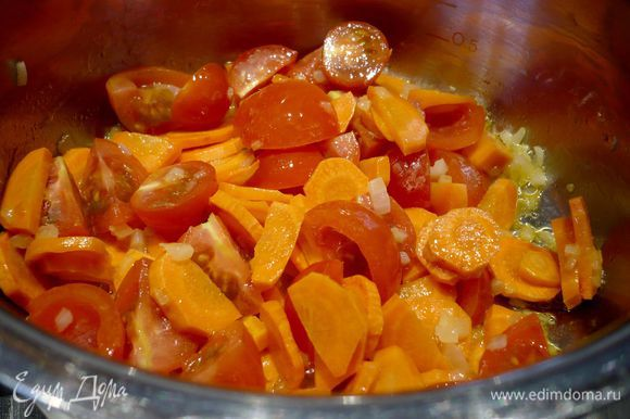 Растапливаем в сотейнике сливочное масло и припускаем в нем на среднем огне лук и морковь. Добавляем помидоры, перемешиваем и тушим вместе с луком и морковью.