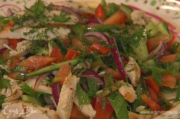 Укроп мелко порубить и посыпать салат.