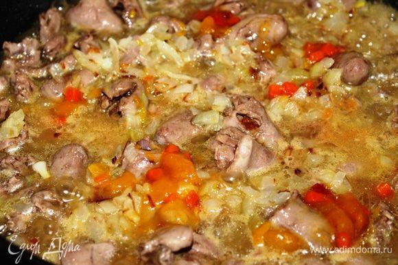 Добавить сок и цедру мандарина, обжаренный лук, разведенный в воде экзотический соус. Все посолить и поперчить по вкусу.
