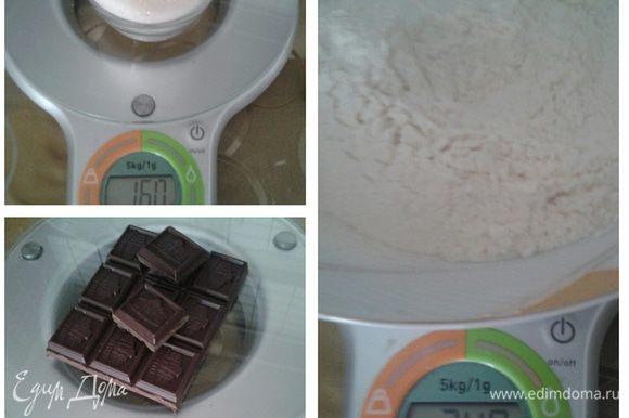 Муку просеять, добавить разрыхлитель и тертый шоколад.
