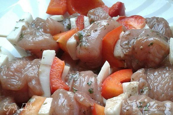 На шпажки нанизать поочередно индейку, бекон, перец болгарский и т.д. Перед обжариванием индейку немного подсолить (если соевого соуса недостаточно).
