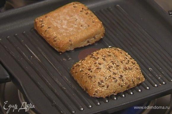 Хлеб выложить на сковороду-гриль, где жарились баклажаны, и слегка подрумянить с двух сторон.