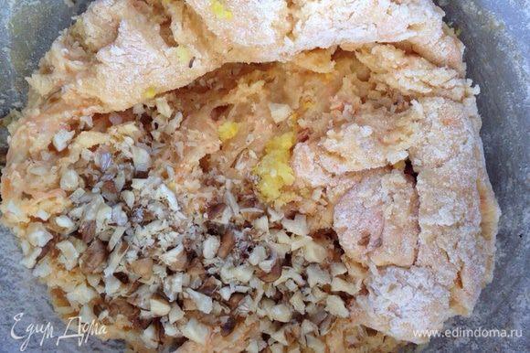Муку просеять с разрыхлителем. Понемногу добавляя, замесить мягкое тесто. Добавить орехи. И еще раз хорошо вымешать.