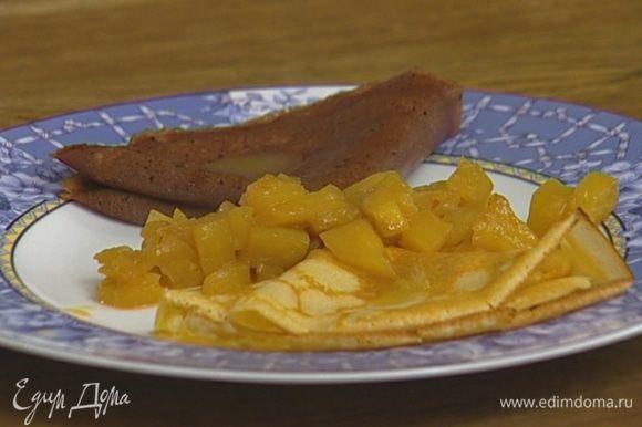 Подавать блины с ананасовым соусом.