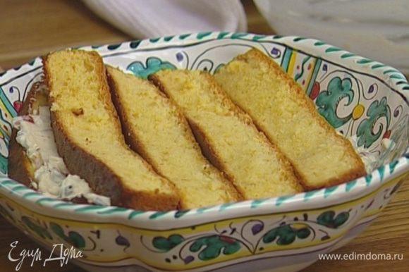 Сверху уложить еще слой бисквита. Сбрызнуть оставшимся ликером, затянуть пленкой и поставить на 2 часа в холодильник.