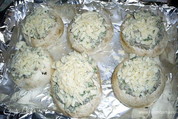 Посыпать сверху оставшимся сыром. Запекать в разогретой до 180-190 градусов духовке примерно полчаса. Жидкость из противня должна выкипеть, а грибы зарумянится.