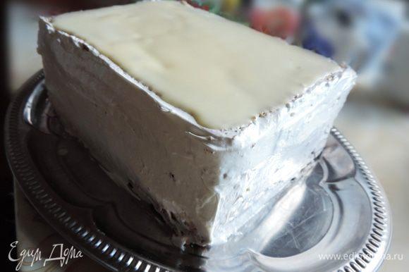 Выравниваем бока торта кремом. Далее украшаем торт по своему вкусу.