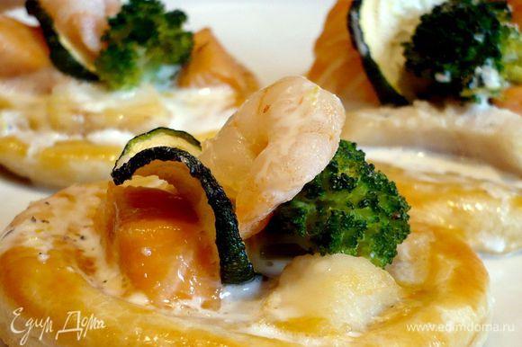 Подавать, полив горячим сливочным соусом, можно добавить поджаренных креветок, но и без них очень вкусно! Угощайтесь и угощайте!!!