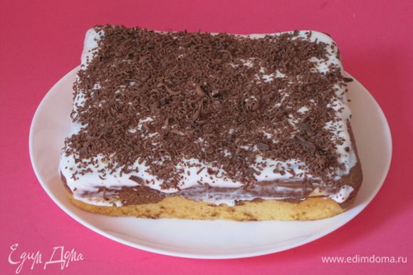 Кремом смазать торт. Сверху посыпать тертым шоколадом.