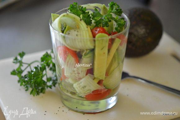 Все овощи и авокадо выложим в бокал, сбрызнем смешанным яблочным уксусом. Подаем тут же, украшаем зеленью по желанию. Приятного аппетита и вкусного снижения веса.