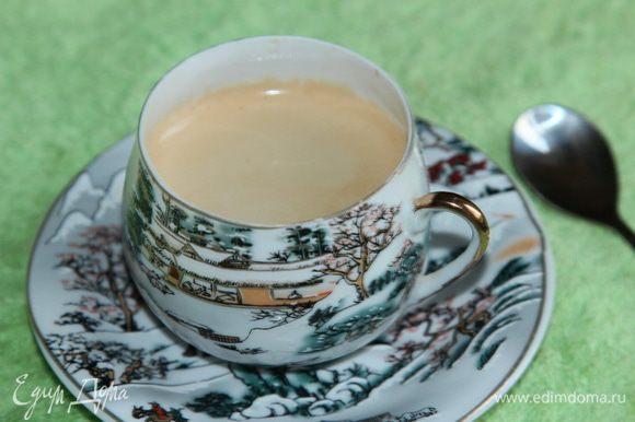 Теперь готовим любым способом чашку кофе, орехи слегка обжариваем на сухой сковородке и рубим ножом, чтобы получились кусочки.