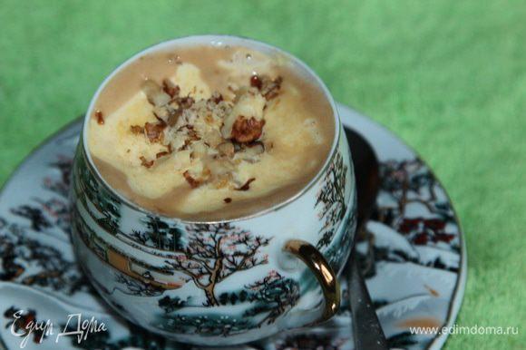 Кофейной ложкой набираем желтковую массу и аккуратно выкладываем сверху кофе. Посыпаем орешками и...все...и пусть весь мир подождет!