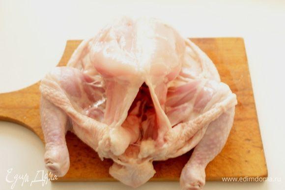 Разрезать курицу по грудке.