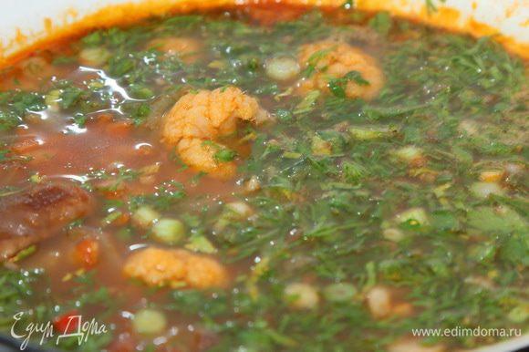 Нарезаем зелень (у меня зеленый лук, укроп, петрушка) и добавляем в суп. Перемешиваем, доводим до кипения и выключаем огонь.