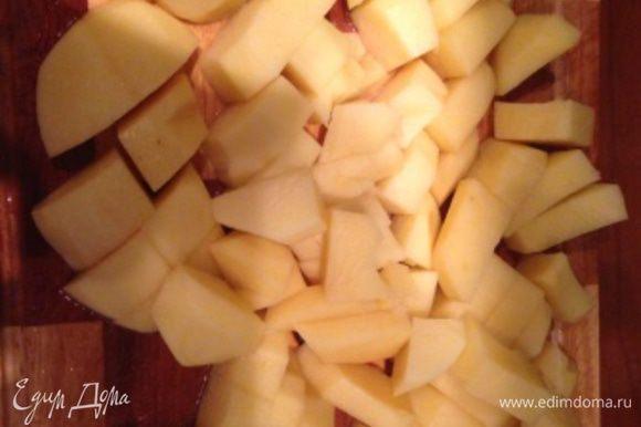 Картофель помыть, почистить, порезать средними кубиками и оставить в холодной воде в отдельной посуде (в принципе картофель можно не использовать).