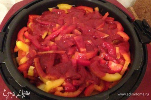 """Добавить оставшийся перец. Добавить томатную пасту, смешанную с небольшим количеством соли (можно использовать кетчуп или сацебели). Мультиварку закрыть крышкой и готовить в режиме """"Тушить"""" около 1 ч. 40 мин. Если мультиварка имеет паровой клапан (препятствующий выкипанию жидкости), поставьте режим 2. Если такого клапана нет (или блюдо готовится в кастрюле) - то для надежности можно добавить 50-70 гр воды."""
