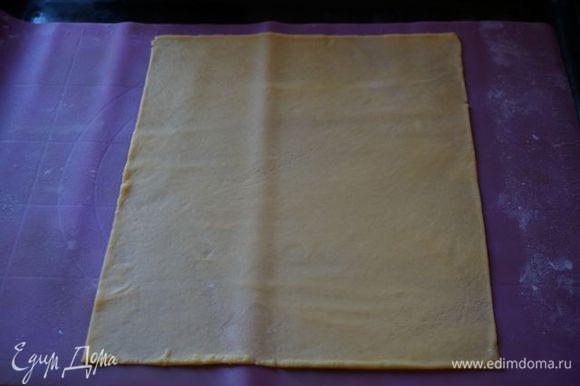 Раскатываем на силиконовом коврике или пергаменте очень тонко корж, размером 25*20 см или 20*20 см (обрезки не выпекаем, оставляем на последний корж).