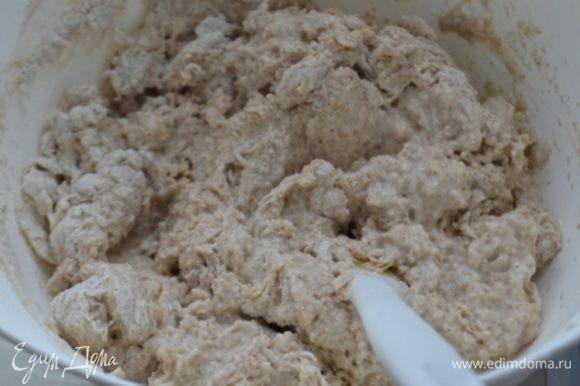 В муку ввести дрожжевую смесь и яйцо, постепенно добавляя второй стакан теплой воды замешиваем тесто.