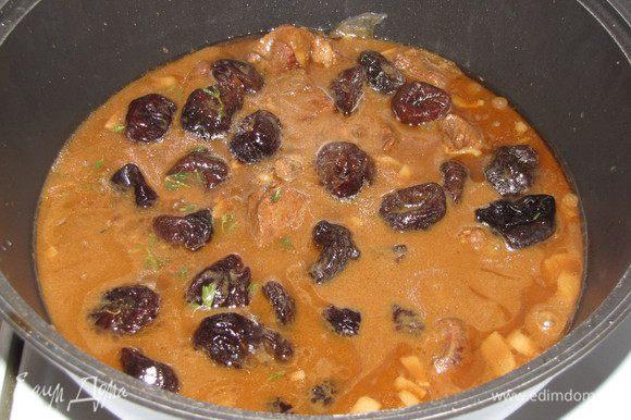 Переложить к мясу чернослив с настоем и готовить еще 30 минут. Можно добавить еще немного листиков тимьяна.