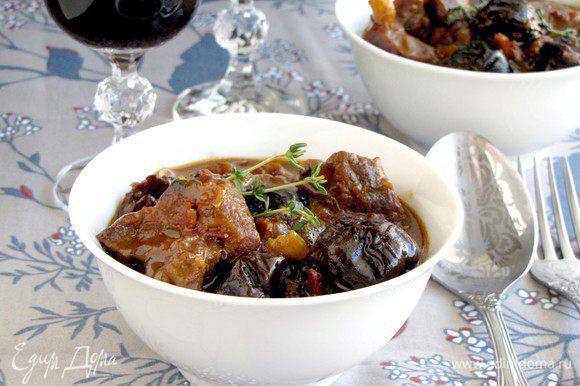 Выложить мясо с соусом в тарелки и сразу же подавать.