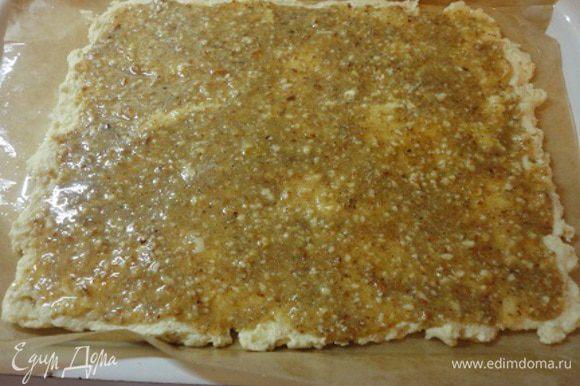 Измельченный миндаль смешать с сахарной пудрой, яйцом и миндальной эссенцией. По желанию можно эссенцию добавлять не в покрытие, а в тесто. Намазать миндально-сахарную массу на тесто.