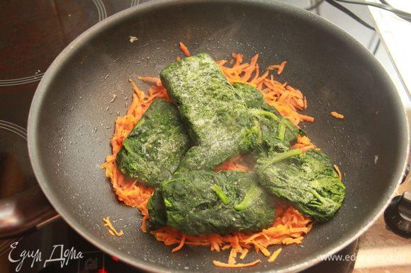 Добавить замороженные листья шпината. Тушить до размягчения листьев несколько минут (7-8) под крышкой, периодически перемешивая.
