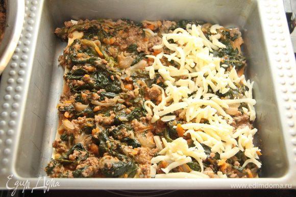 На листы лазаньи выложить соус, присыпать тёртым сыром. Чередовать слои теста, соуса и сыра несколько раз (зависит от размеров формы).
