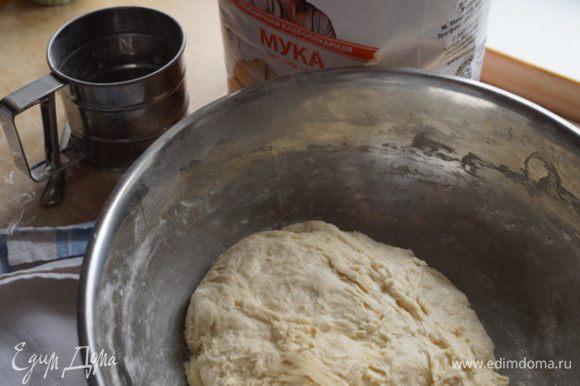 Тесто будет готовым, когда перестанет прилипать к рукам. Оставляем на 1 час на расстойку.
