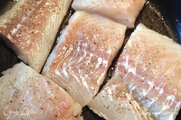 Разогреть духовку до 150 градусов. Филе трески посолить, выложить в форму для запекания, полить оливковым маслом и белым вином, выпекать 10-15 минут.